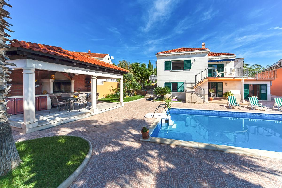 Property Image 2 - Spacious VIlla Close to Charming Beaches and Villages