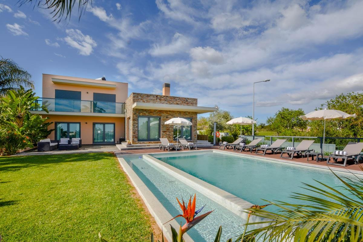 Quiet, Modern Villa with Lovely Garden and Pool