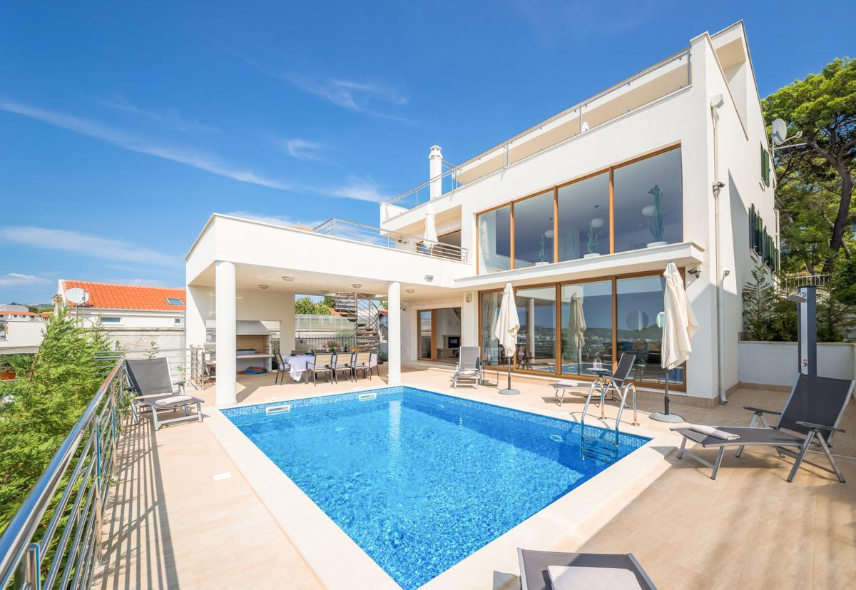 Property Image 1 - Delightful Family Villa with Pool, Garden and Sea Views
