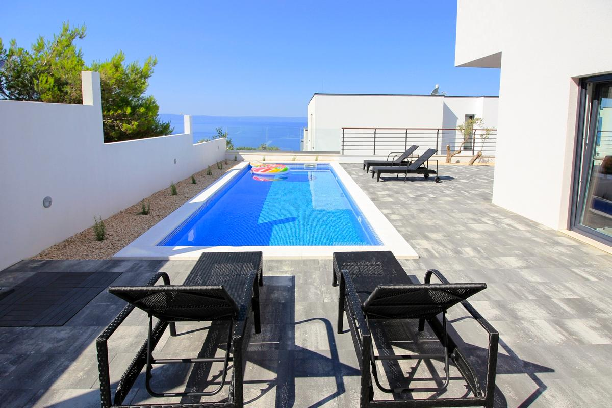 Property Image 2 - Lush Villa with Panoramic Views and Pool