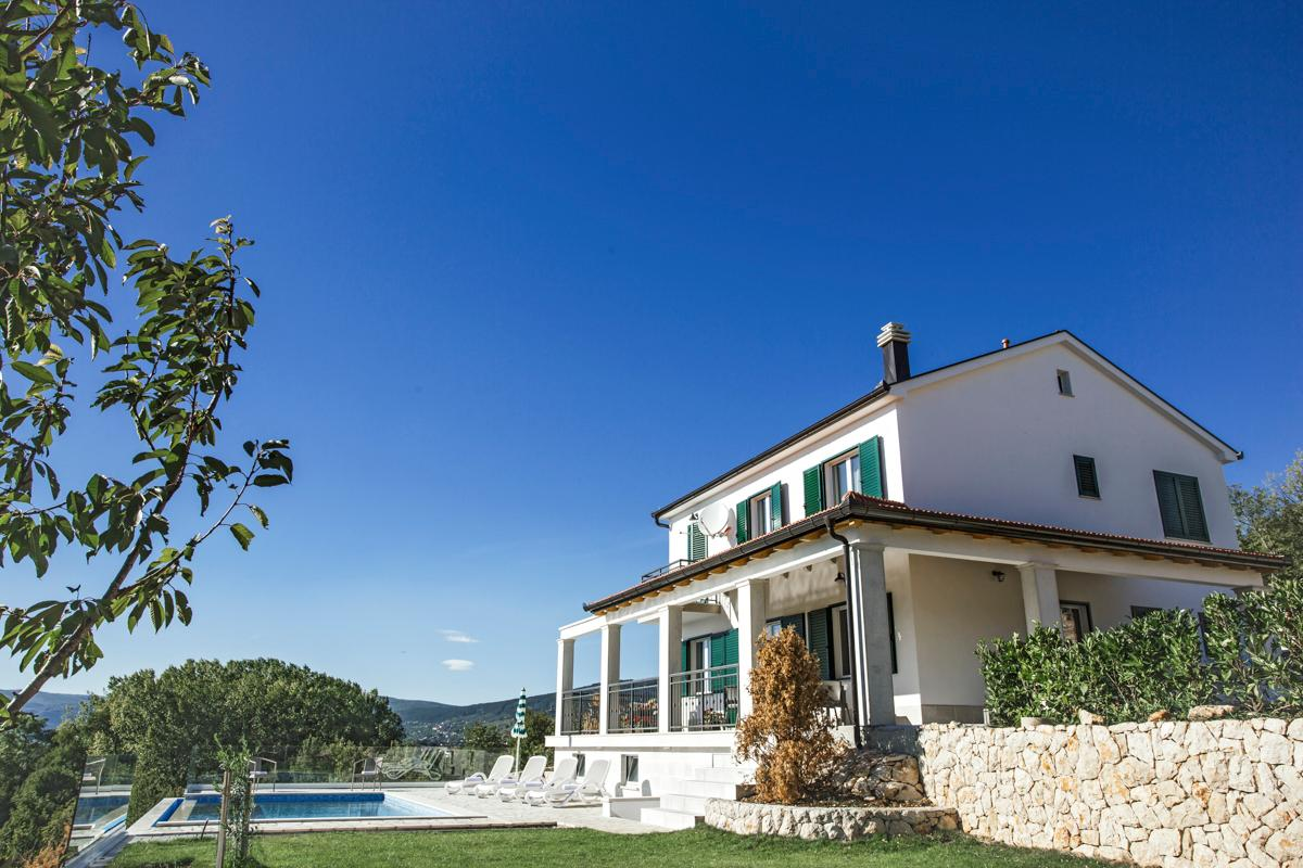 Property Image 1 - Tranquil 5-Bedroom Villa with Impressive Valley Views
