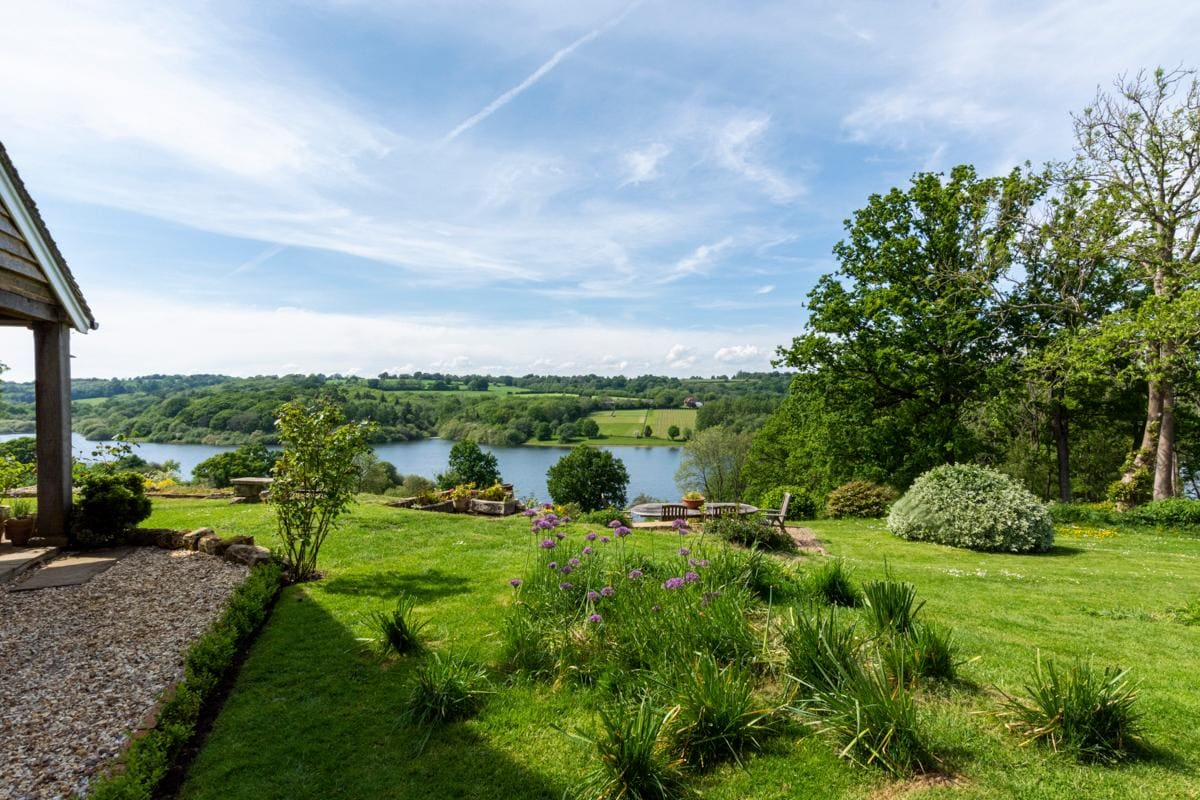 Property Image 2 - Fabulous Lakeside Cottage in Sussex Countryside