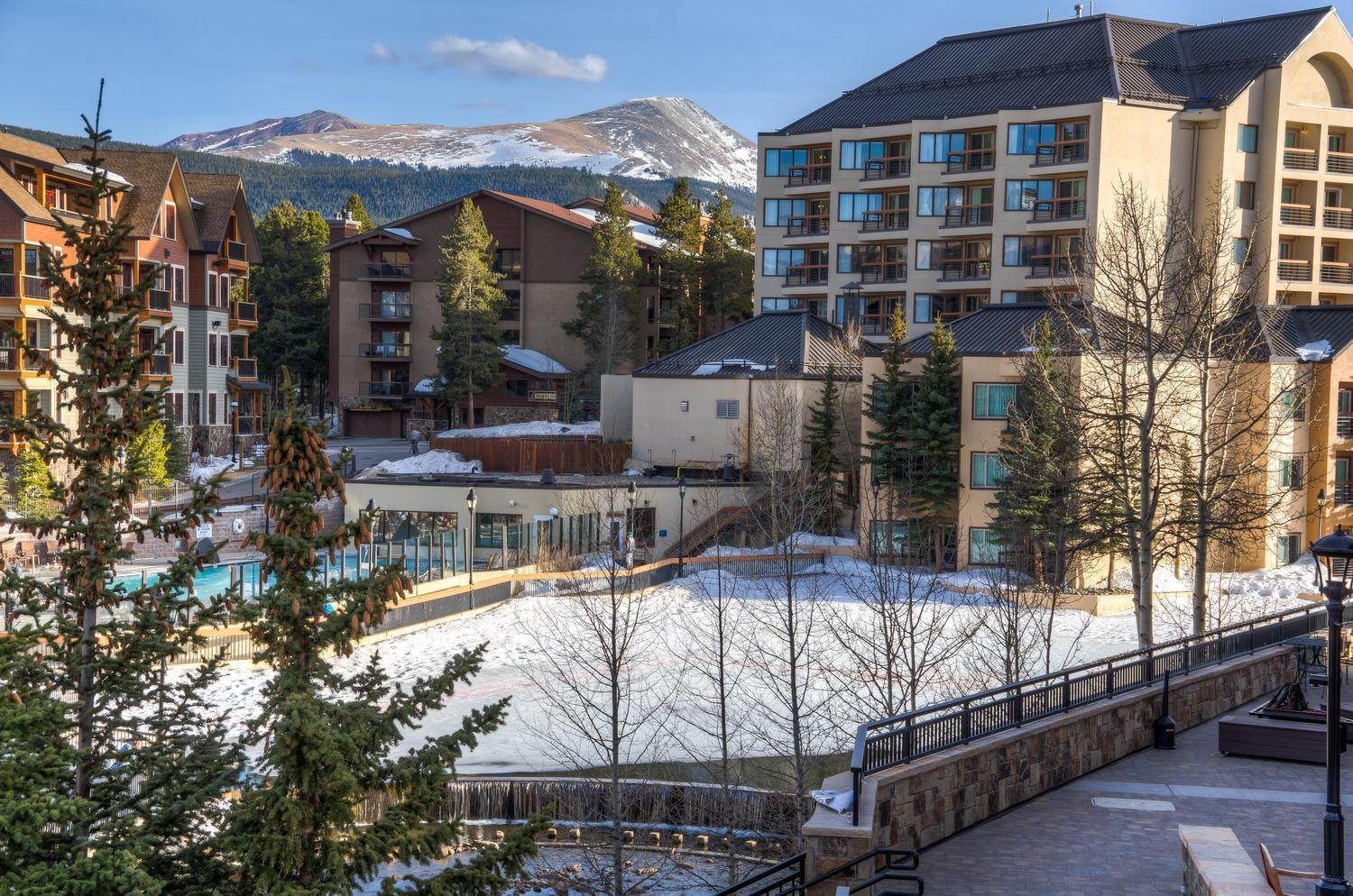 Lovely bright condo with Peak 9 ski-in/ski-out accesss
