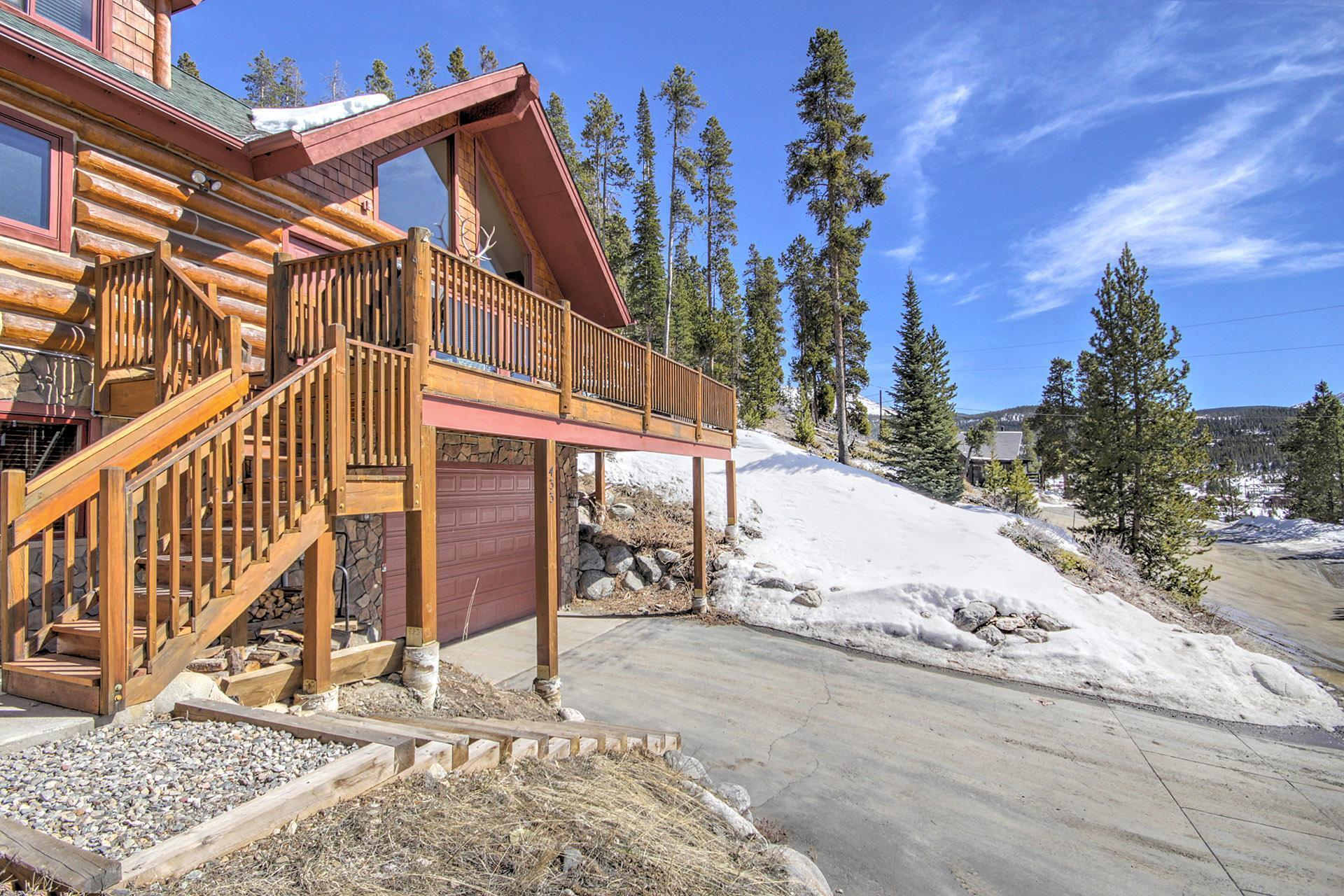 Lovely mountain home with views from large deck