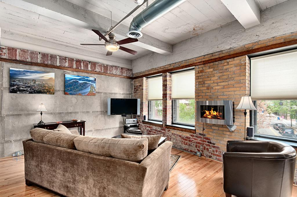 Historic 2 Bedroom Loft with Quick Access to Dining Suitable for Foodie Enthusiasts