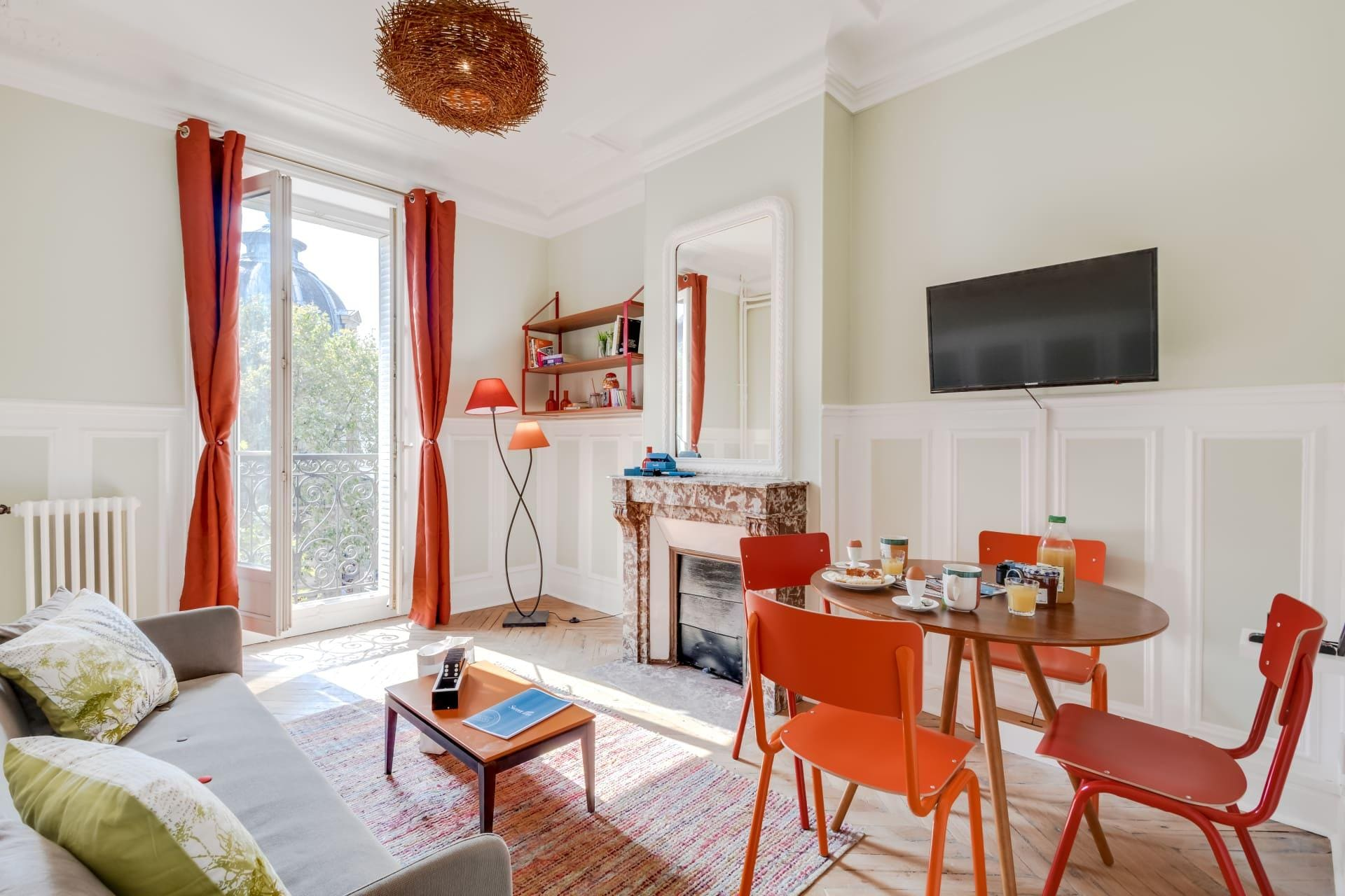 Colourful One-bedroom Apartment Near Notre Dame