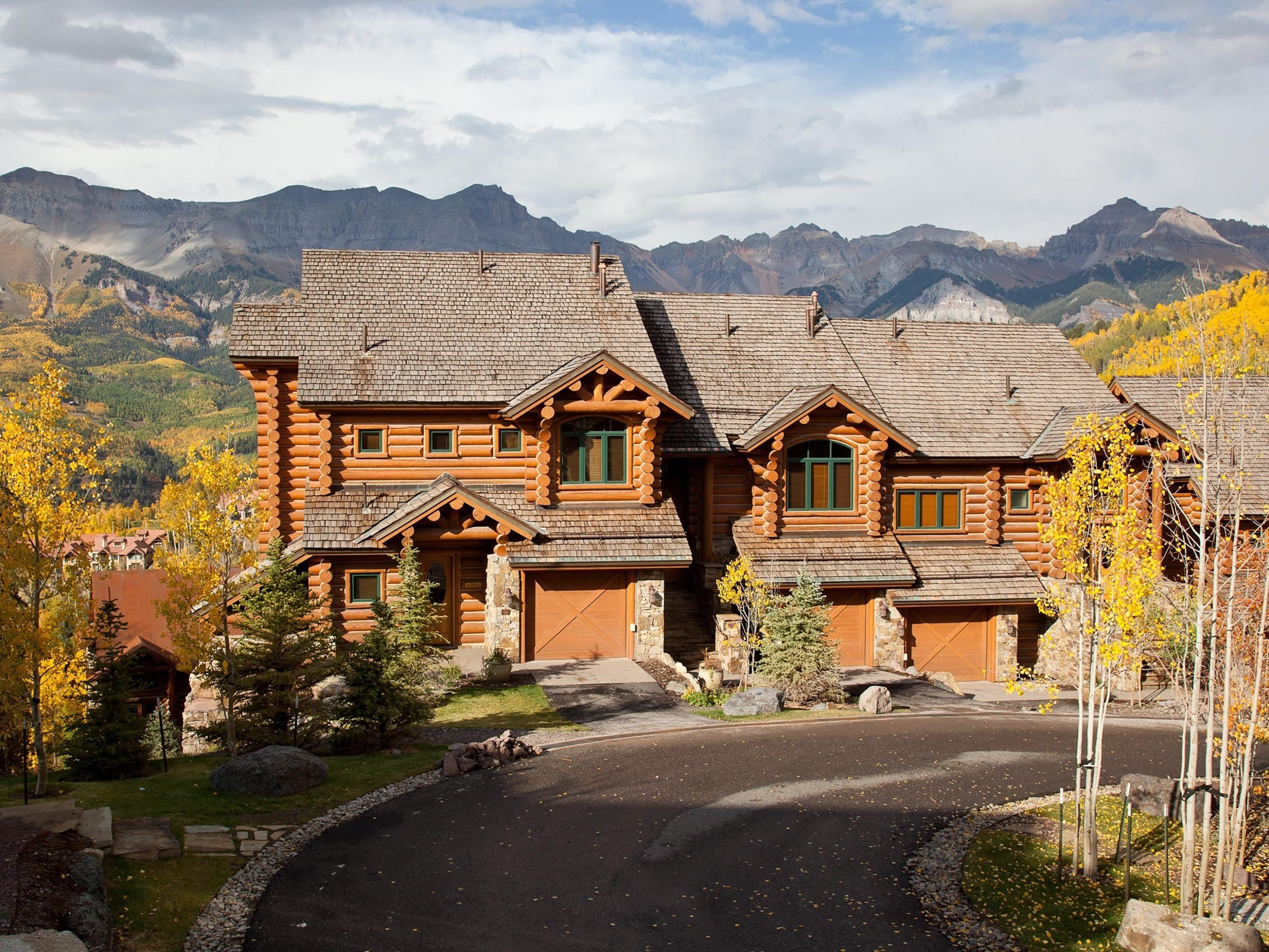 Spacious Townhome with Mountain Views and Home Gym