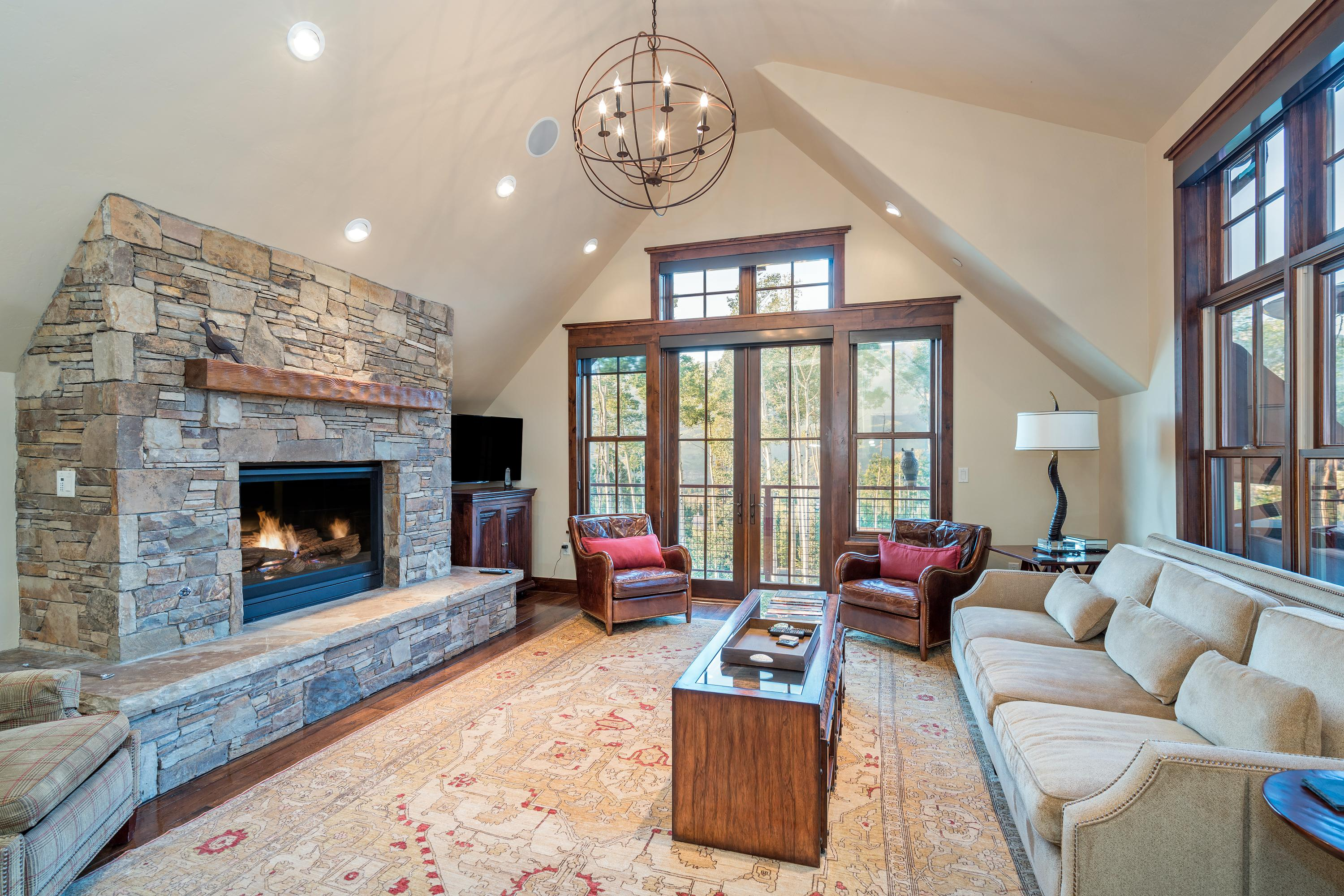 Impeccably Decorated Ski-in Ski-out Condo with Hot Tub