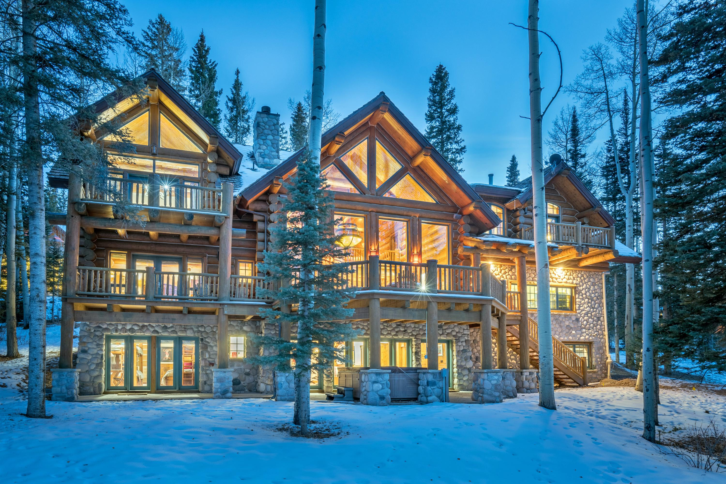 Luxurious Log Cabin Retreat Close to the Slopes