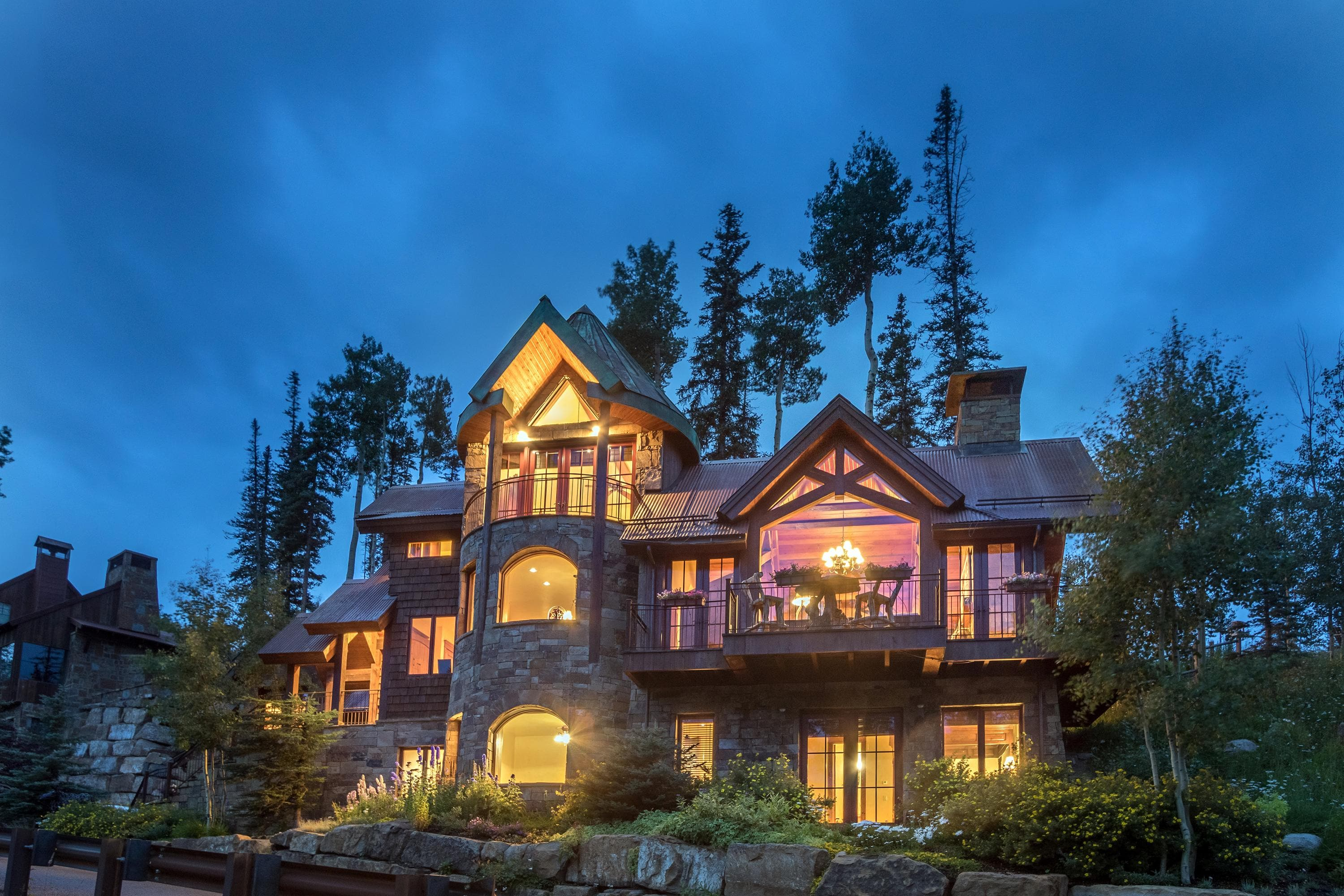 Captivating and Elegant Chalet, Ski Access, Hot Tub