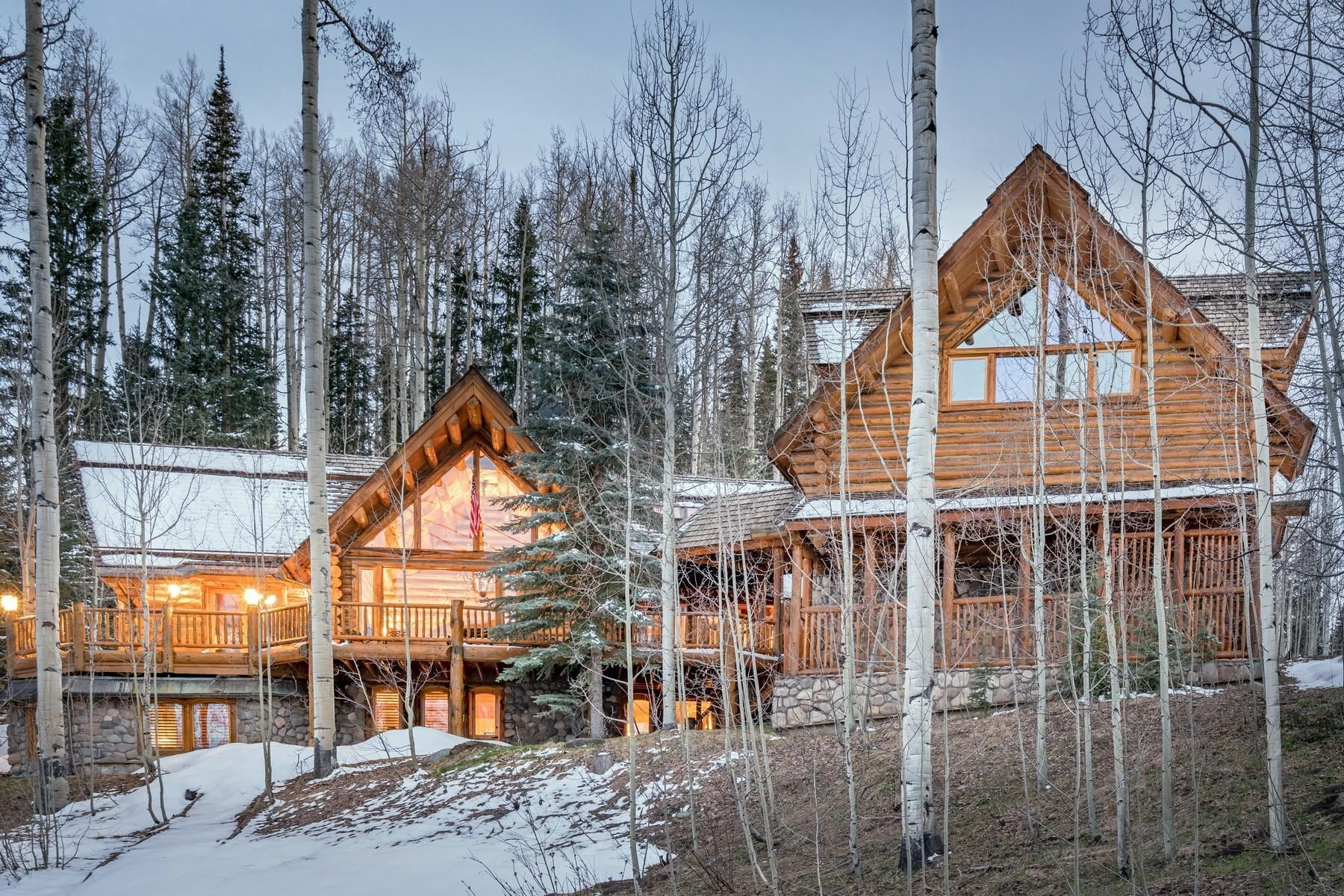 Luxurious Ski-in Ski-out Log Cabin with Wood-Burning Fireplace