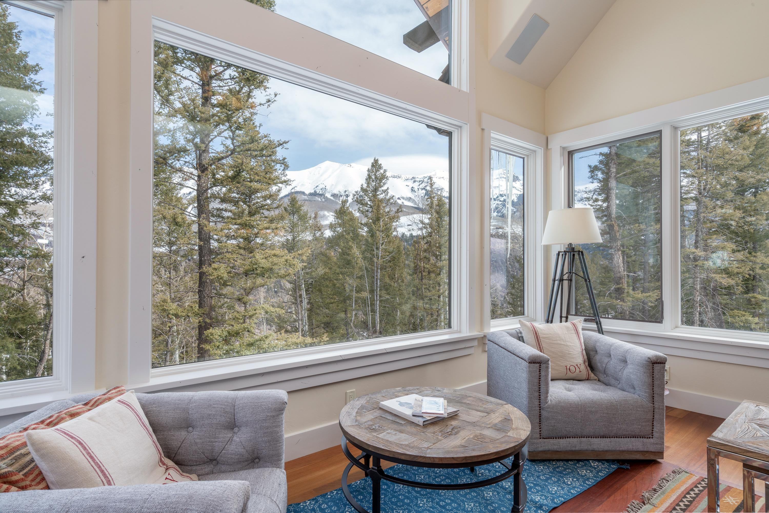Impeccable Mountain Retreat with Amenities and Views