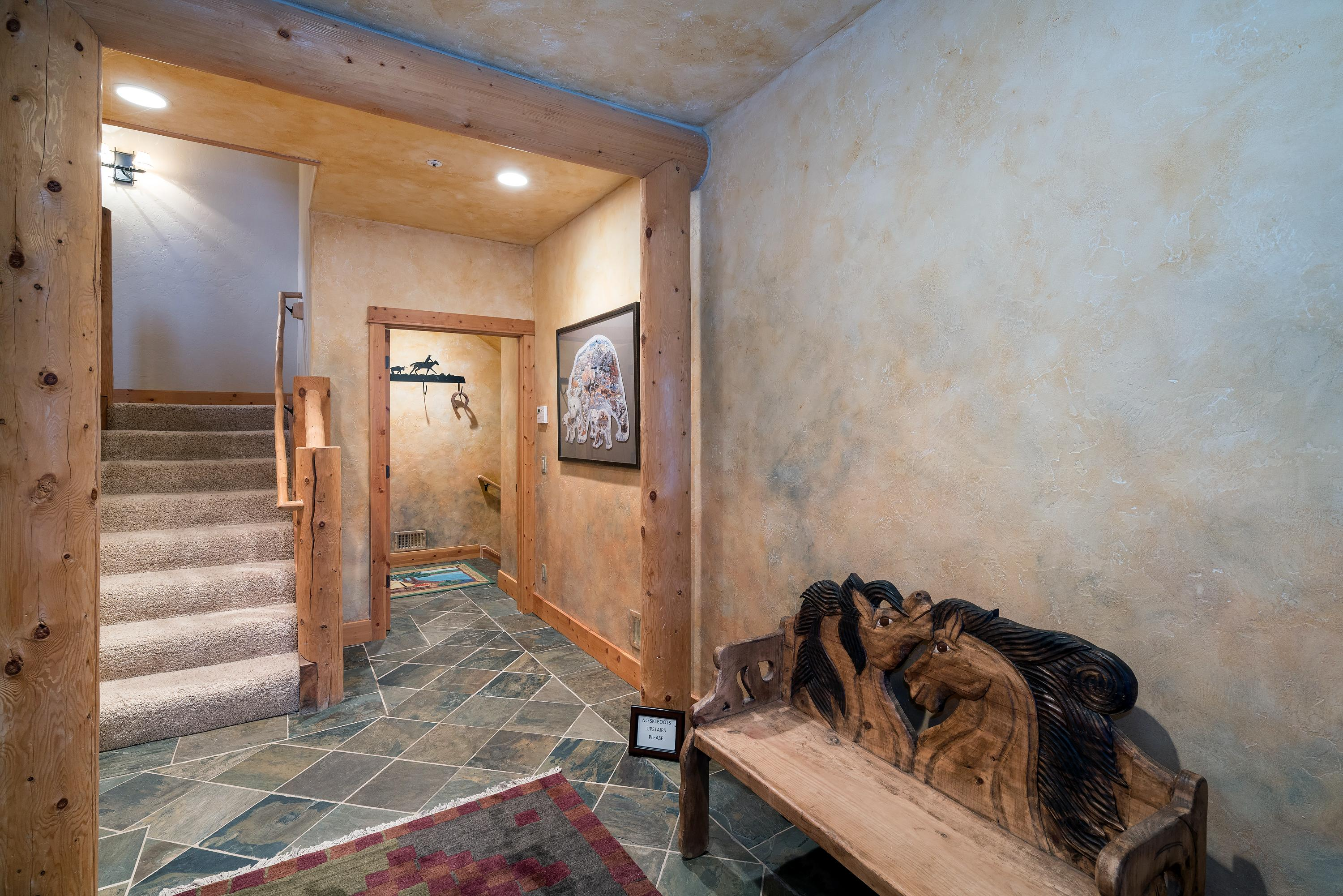Welcoming Slopeside Townhome with Hot Tub & Sauna