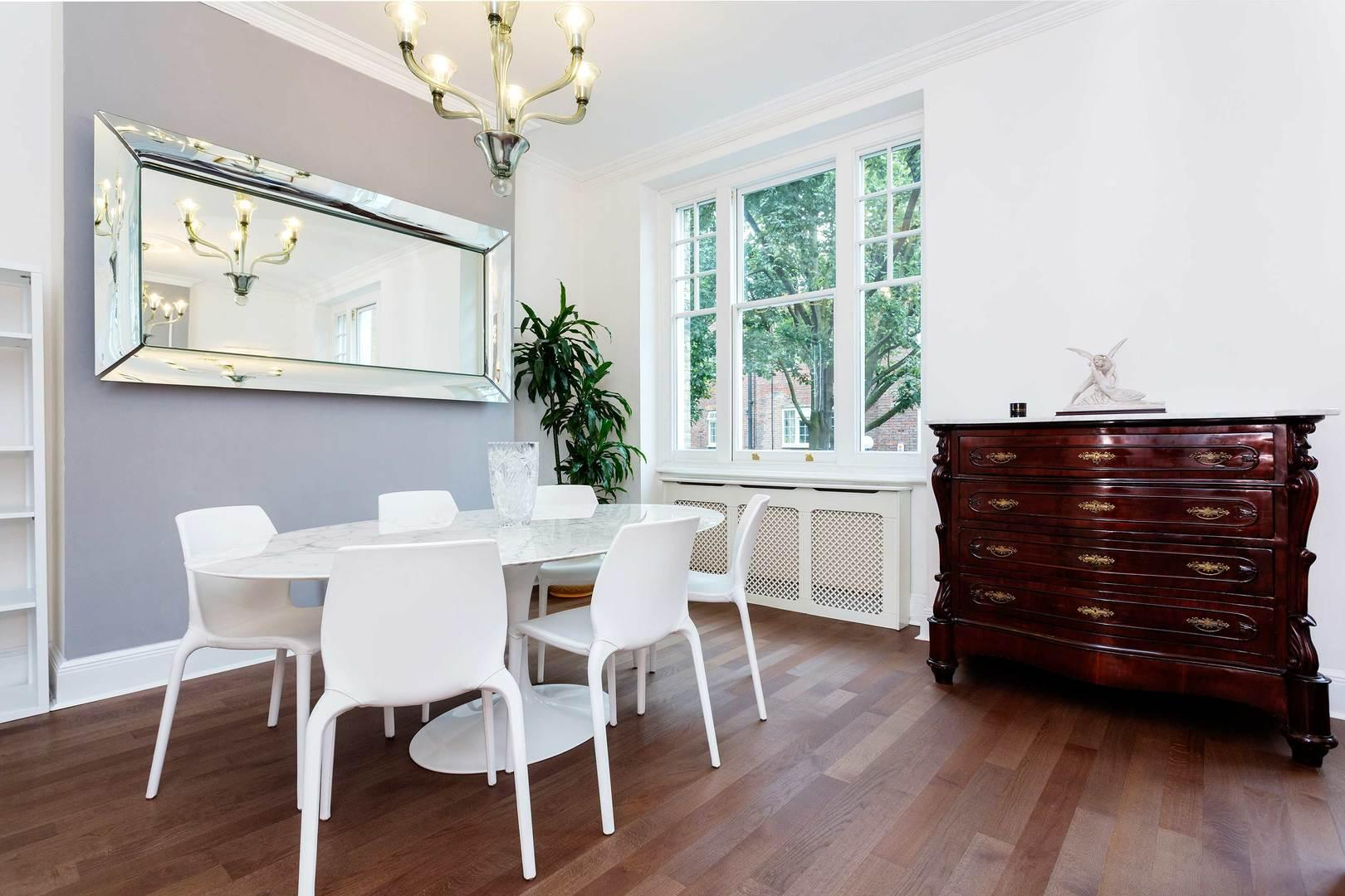 Luxurious Regents Park Apartment with Private Balcony